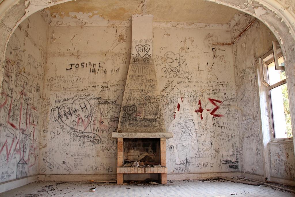 Kaminzimmer im Lost Place auf Rhodos