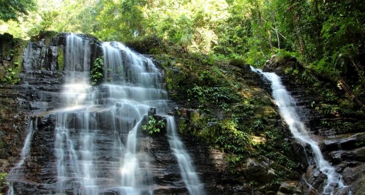 Wasserfall im Kubah Nationalpark auf Borneo