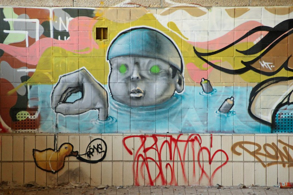Im Lost Place in Berlin sind viele Graffitis