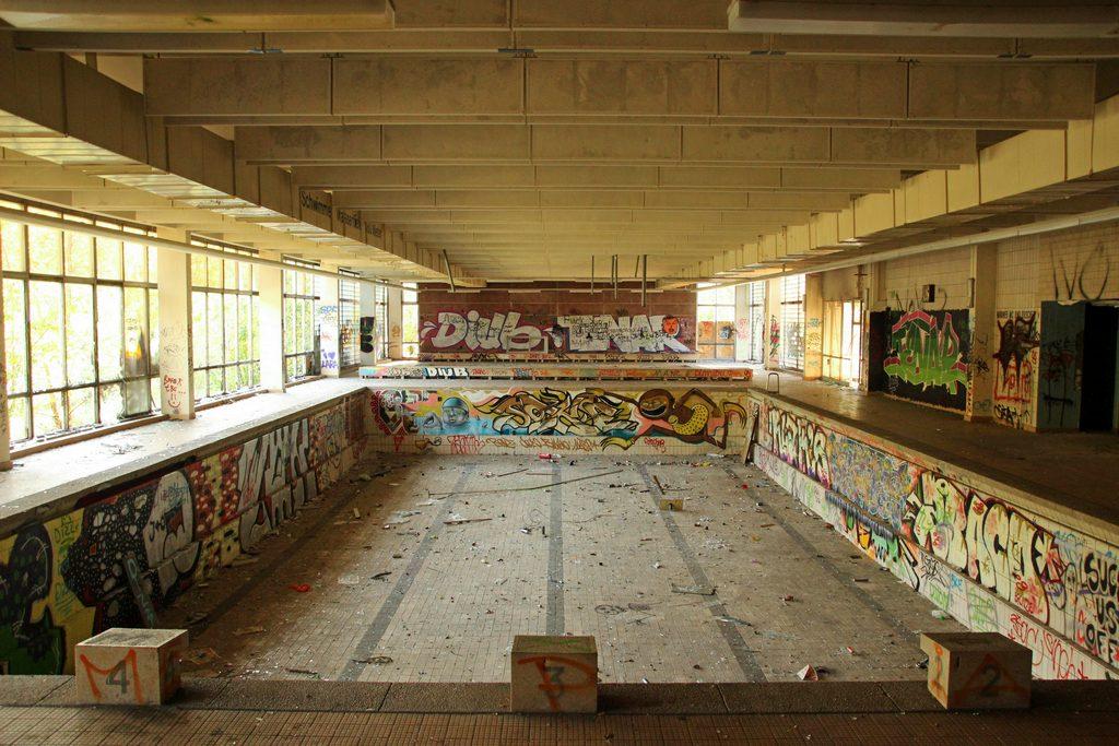 Das alte Schwimmbecken der Schwimmhalle