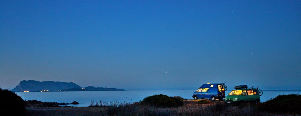 VW Busse bei Nacht auf Sardinien