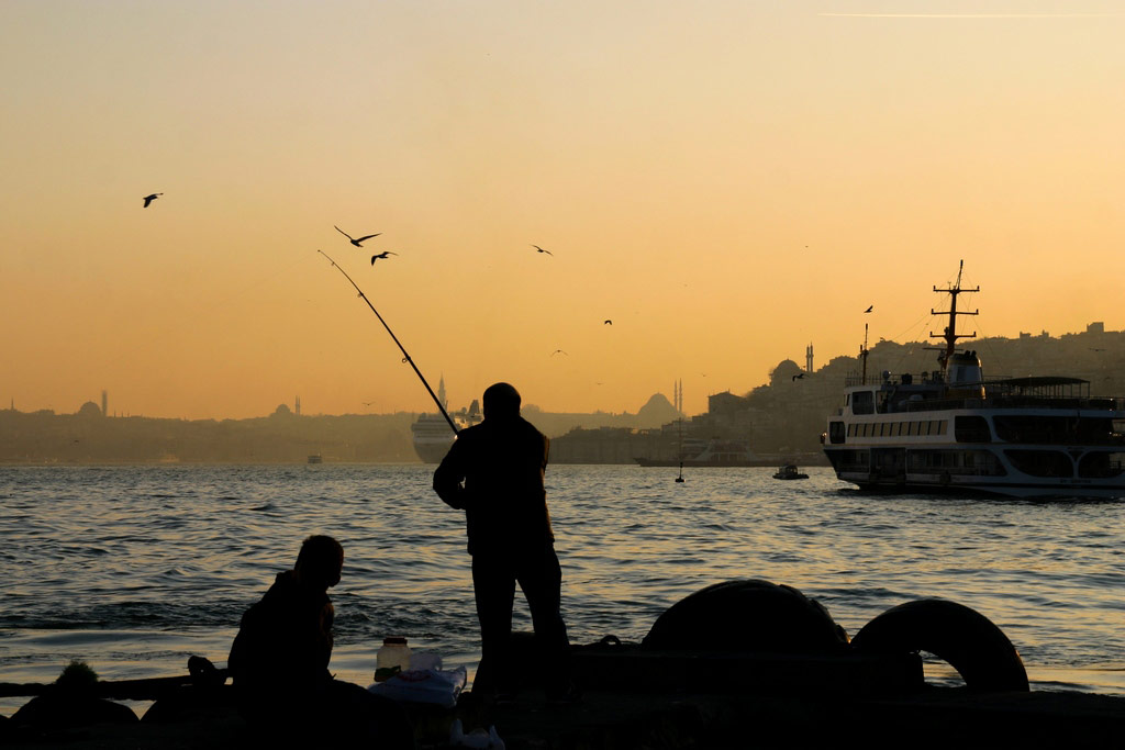 Angler am Bosporus in Istanbul
