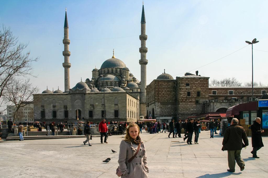 Der Platz vor der Neuen Moschee in Istanbul