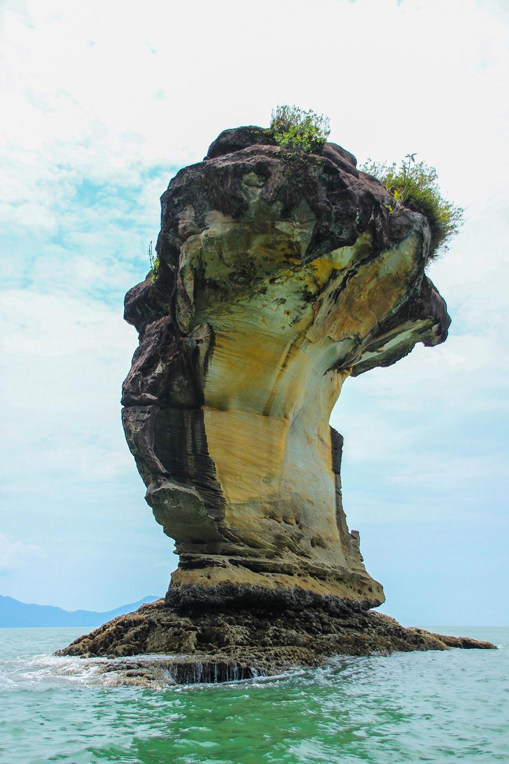 ... und auf der anderen Seite der Bucht ragt das Wahrzeichen Bakos hervor: Dieser markante Felsen.