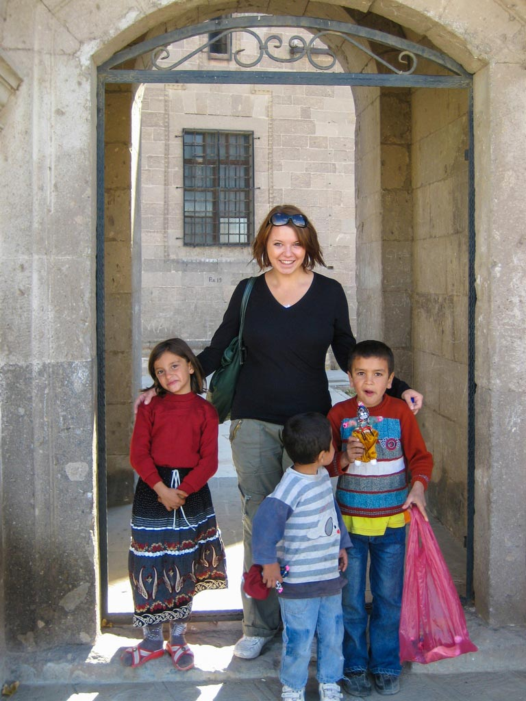 Kinder posieren vor einer verlassenen Kirche in Kappadokien