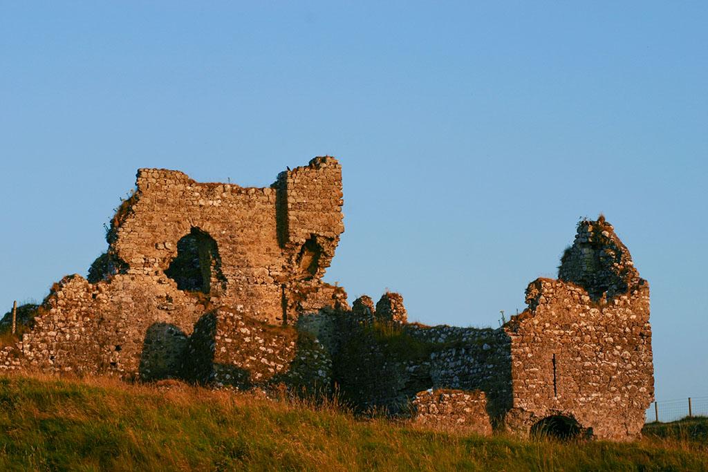 Die Burgruine bei Clonmacnoise in Irland