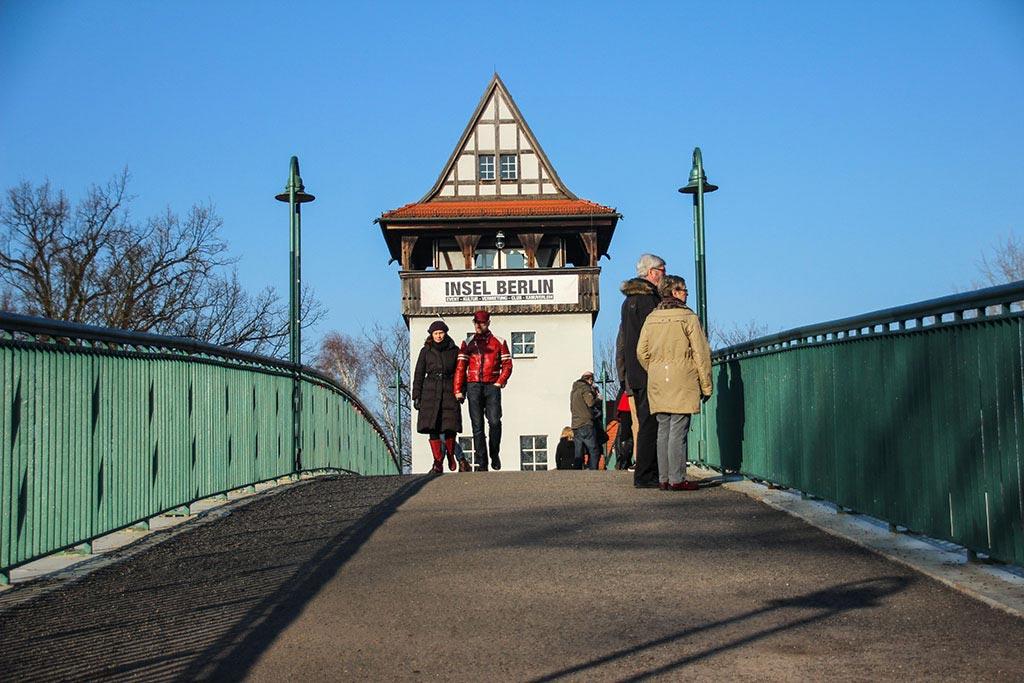 Über die Brücke auf die Insel der Jugend