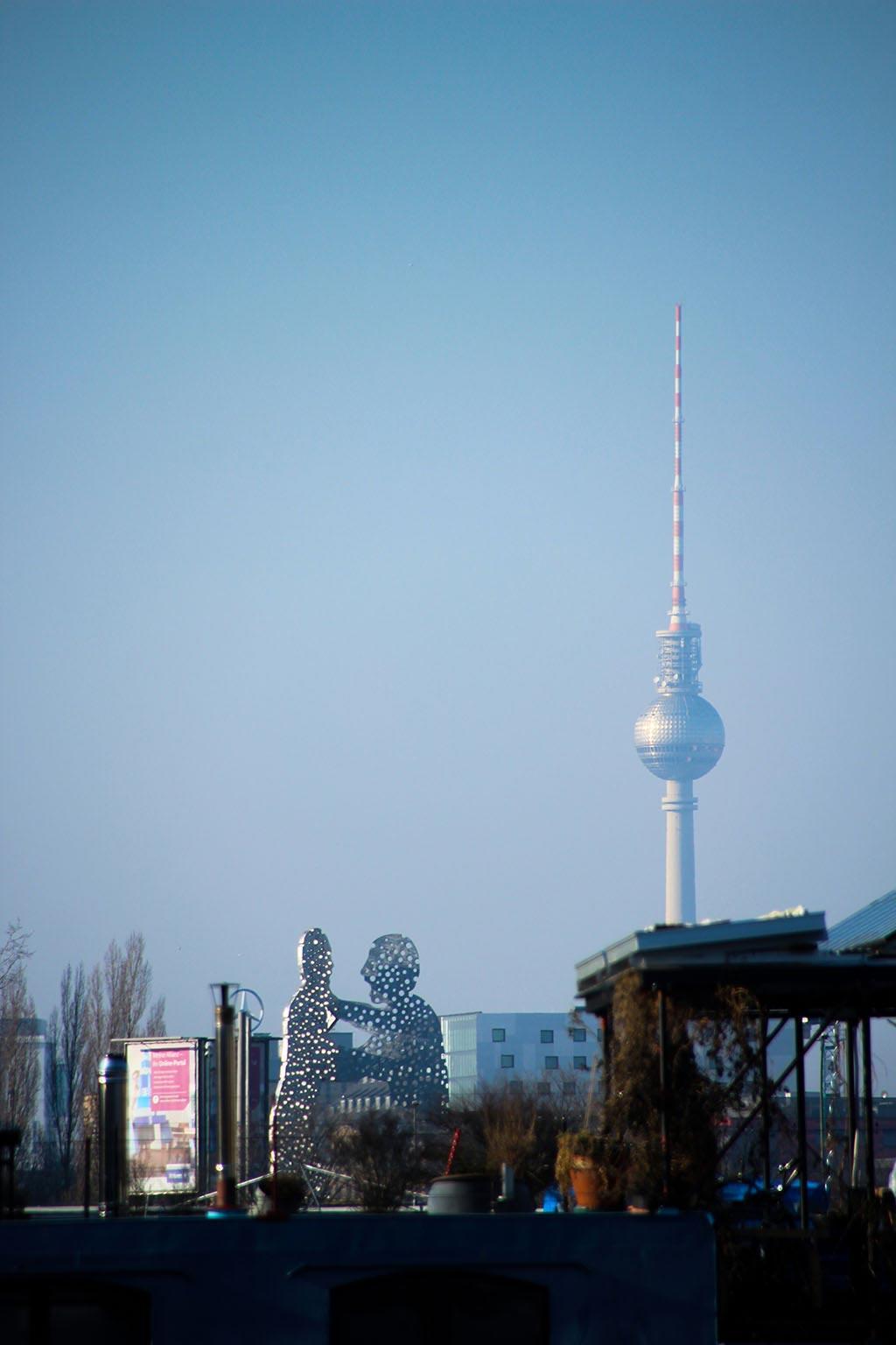 Der Fernsehturm vom Treptower Park aus gesehen