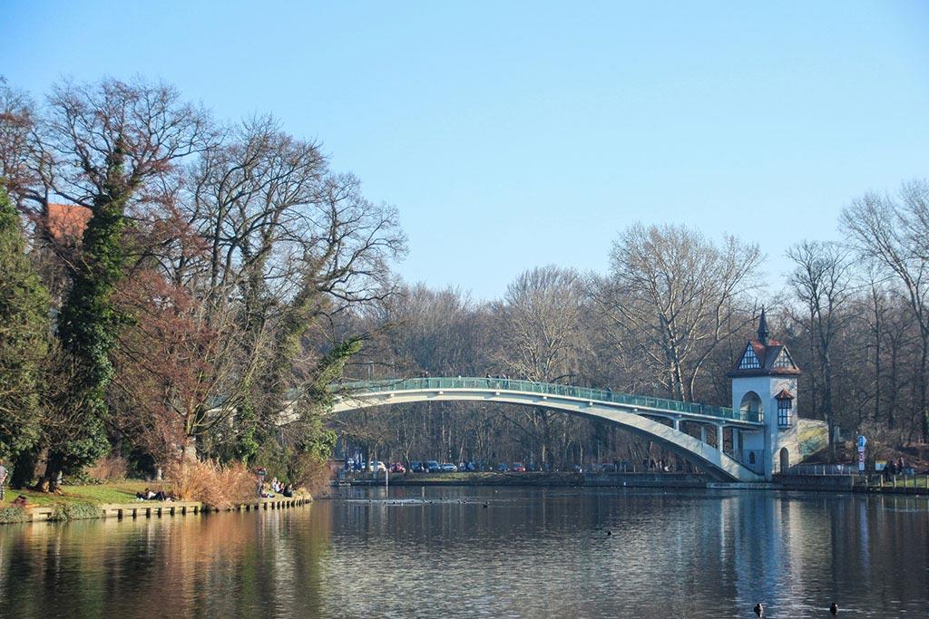 Brücke zur Insel der Jugend im Treptower Park