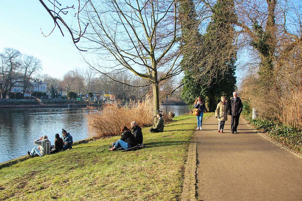 Spaziergänger auf der Liebesinsel im Treptower Park